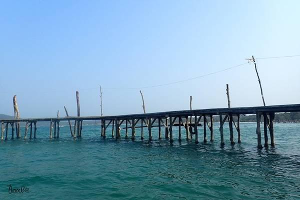 Mất khoảng 40 phút ngồi trong khoang, tàu phóng nhanh vun vút, xé nuớc đưa đoàn khách đến với Koh Rong Samloem. Và rồi, những mệt mỏi, nóng bức lập tức tan biến theo bọt sóng, chúng tôi chạm tới đảo ngọc, say lòng truớc màu xanh mát dịu và yên bình.