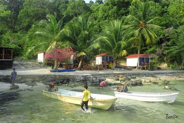 Người ta đã dành nhiều mỹ từ để bày tỏ niềm yêu thích khi đến hòn đảo này, và quả thật không ngoa. Nuớc biển xanh trong vắt hòa cùng sắc xanh của cây cỏ, của bầu trời...