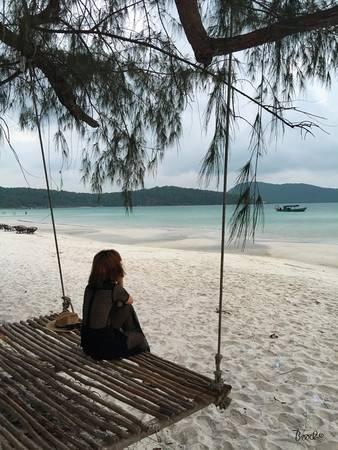 Bãi cát dài trắng mịn, những tán cây và những chiếc xích đu dây treo đặc sản...