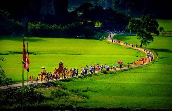 Đoàn người rước kiệu ở lễ hội đền Thái Vi tại Tam Cốc. Ảnh: Quang Đức.