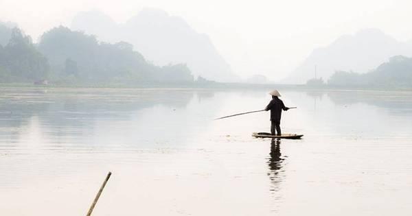 Đánh cá trên đầm Vân Long. Ảnh: Quang Đức.