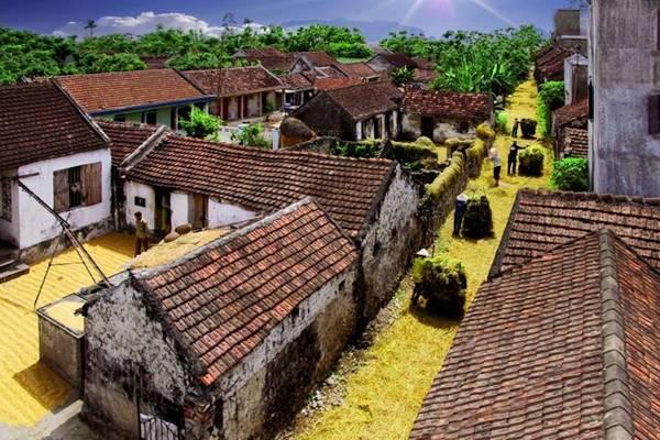 Mang đặc trưng của làng quê Bắc Bộ với hình ảnh những nếp nhà ngói rêu phong, lũy tre xanh và chiếc cổng làng vốn thân quen với mỗi người con đất Việt, đến đây ta như trở về với cội nguồn với ký ức tuổi thơ. Ảnh: Đoàn Minh Chiến.