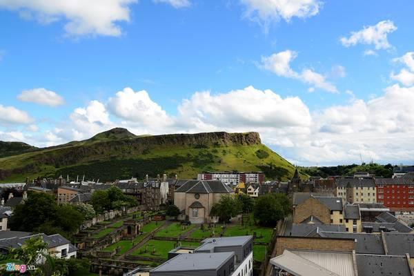 Đỉnh Arthur's Seat là một ngọn đồi nằm ở phía đông, cách thành cổ Edinburgh khoảng 2,5 km. Nơi đây là phần còn lại của một ngọn núi lửa phun trào dữ dội lần cuối đã hơn 350 triệu năm trước.