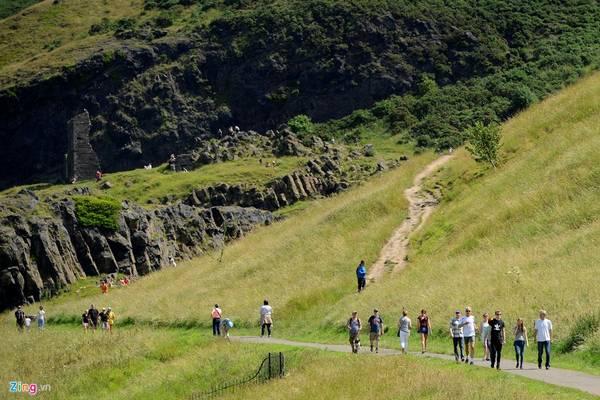 Hiện nay, toàn bộ ngọn đồi nằm gọn trong công viên Holyrood, được bảo tồn và là một trong 10 điểm tham quan thú vị nhất của đất nước Scotland xinh đẹp. Mỗi ngày, hàng trăm du khách leo bộ dọc các con đường mòn để chinh phục đỉnh đồi cao 250,5 m. Những lối mòn ở sườn phía tây ngắn và khó đi, do đó đa số du khách lựa chọn những con đường ở sườn phía đông, tuy dài nhưng bằng phẳng và dễ đi hơn.