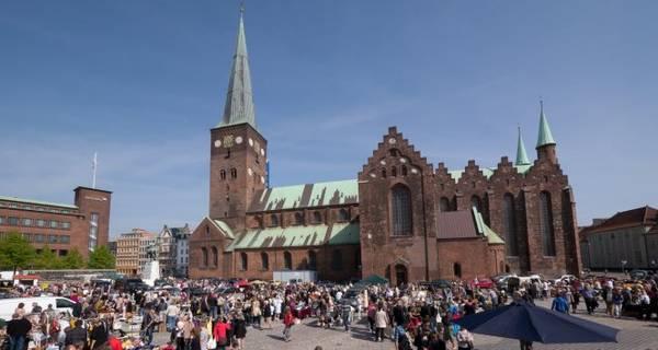 Nhà thờ Aarhus Domkirke cao nhất và dài nhất Đan Mạch, luôn đông khách tham quan - Ảnh: bagagerumsmarkeder