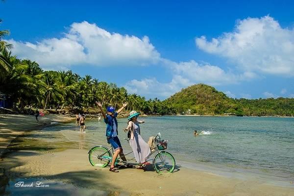 Du Khách có thể đạp xe quanh đảo để hòa mình vào nắng gió biển khơi.