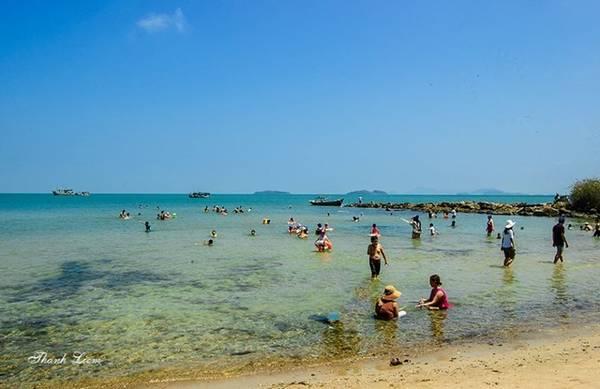 Ngoài hoạt động bơi lội, du khách còn có thể lặn ngắm san hô, câu mực...
