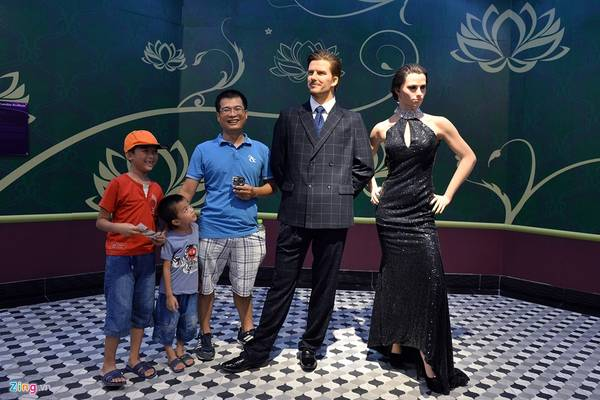 Với giá vé 100.000 đồng vào cửa mỗi người, khách vui chơi tại khu giải trí mới mở ở thành phố Hạ Long (Quảng Ninh) sẽ được vui đùa chụp ảnh cùng các bức tượng sáp giống hệt như người thật. Trong ảnh là tượng vợ chồng cựu ngôi sao bóng đá David Beckham và ca sĩ Victoria Adams.
