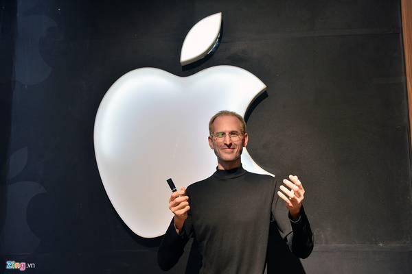 Steve Jobs, doanh nhân và nhà sáng chế người Mỹ. Ông là đồng sáng lập viên, chủ tịch, và là cựu tổng giám đốc điều hành của hãng Apple, là một trong những người có ảnh hưởng lớn nhất ở ngành công nghiệp vi tính.