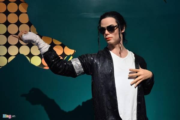 Ngôi sao nhạc pop Michael Jackson với phong cách thời trang và hình dáng y hệt trên sân khấu khi anh còn sống.