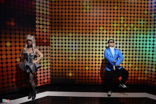 Lady Gaga và anh chàng nổi tiếng với điệu nhảy Gangnam Style, Park Jae Sang (Hàn Quốc). Tên thật của nữ ca sĩ người Mỹ là Stefani Joanne Angelina Germanotta. Cô chịu ảnh hưởng phong cách của David Bowie, Michael Jackson, Madonna và Queen.