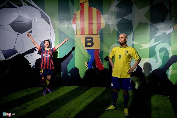 Đây cũng là khu trưng bày tượng sáp lớn nhất Việt Nam, với 53 gương mặt nổi tiếng thế giới trên nhiều lĩnh vực của đời sống như chính trị, kinh tế, khoa học, điện ảnh, thể thao, âm nhạc, như Tổng thống Mỹ Obama, Tổng thống Nga Putin, ca sĩ Michael Jackson, nhà khoa học Albert Einstein, doanh nhân Steve Jobs ... Trong ảnh là hai siêu sao bóng đá Lionel Messi (người Argentina) và Ronaldo (Brazil).