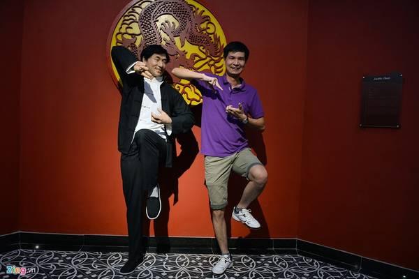 Ngôi sao điện ảnh người Hong Kong - Thành Long - trong một thế võ thuật. Nam diễn viên sinh năm 1954 nổi tiếng thế giới qua các bộ phim Câu chuyện cảnh sát, Túy quyền, Giờ cao điểm...