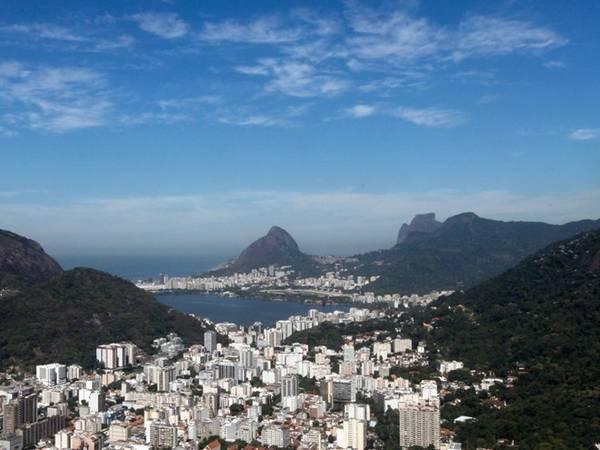 Thành phố sôi động này nằm giữa các dãy núi, trên bờ vịnh Guanabara. Núi Sugarloaf giống như người khổng lồ canh giữa lối vào vịnh. Rio de Janeiro đã giành quyền đăng cai Olympic 2016, với chi phí đầu tư tổ chức 14,4 tỷ USD.