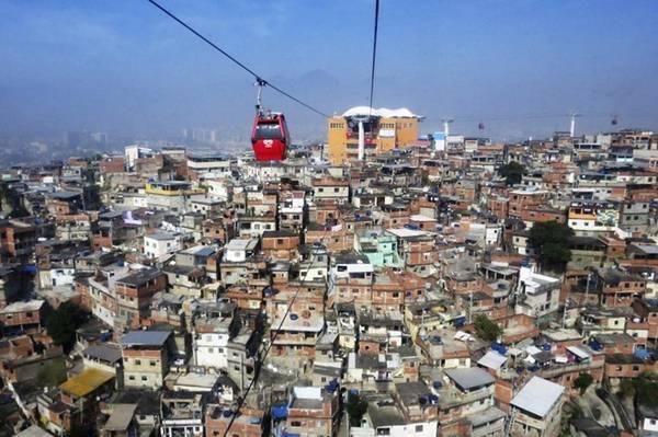 Cáp treo chạy qua Complexo Alemão, một khu phố lớn ở phía bắc Rio.