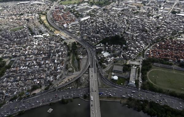 Hệ thống đường cao tốc của thành phố rất rộng lớn và thường xuyên xảy ra tắc đường.