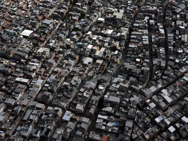 Hơn 6 triệu người sống ở Rio de Janeiro, khiến nơi này là thành phố lớn thứ hai Brazil. Nhiều người sống trong các khu ổ chuột.