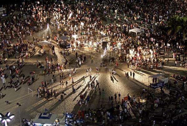 Bờ cát mịn của bãi biển Copacabana thường được dùng làm nơi tổ chức các buổi hòa nhạc và lễ hội.