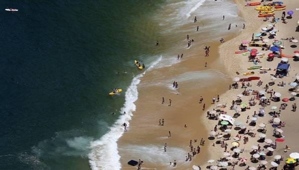 Lướt sóng cũng là một hoạt động được yêu thích. Du khách đang ngắm nhìn những con sóng ở bãi biển Vermelha.