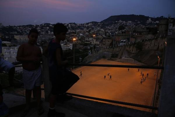 Thể thao là một phần quan trọng trong cuộc sống của người dân ở Rio de Janeiro. Các sân bóng đá xuất hiện ở khắp nơi.