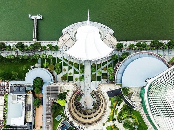 Nhiếp ảnh gia Chia Joel hy vọng loạt ảnh này sẽ khiến người xem đem lòng yêu mến Singapore. Trong ảnh là The Esplanade, hay còn gọi là Nhà hát trên vịnh, một điểm tham quan được du khách yêu thích ở đảo quốc sư tử.