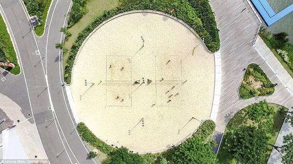 Sân bóng chuyền ở khu thể thao Singapore Sports Hub có cây xanh bao quanh.