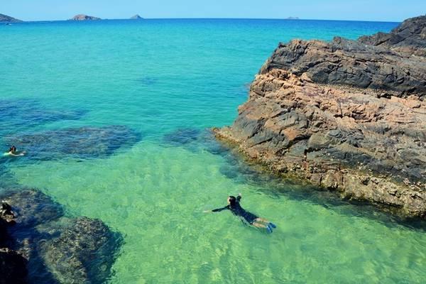 Nước biển Kỳ Co đổi màu xanh theo từng thời điểm trong ngày và từng vùng. Bạn thỏa thích ngâm mình giữa làn nước xanh thẳm.