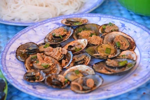 Bữa ăn ở Kỳ Co do chính người dân chài chuẩn bị từ hải sản (nghêu, sò, cá…) tươi ngon mới đánh bắt sẽ khiến bạn thêm yêu nơi này.