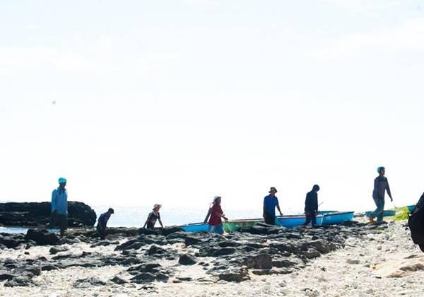 Ngư dân trở về sau một đêm đánh cá.