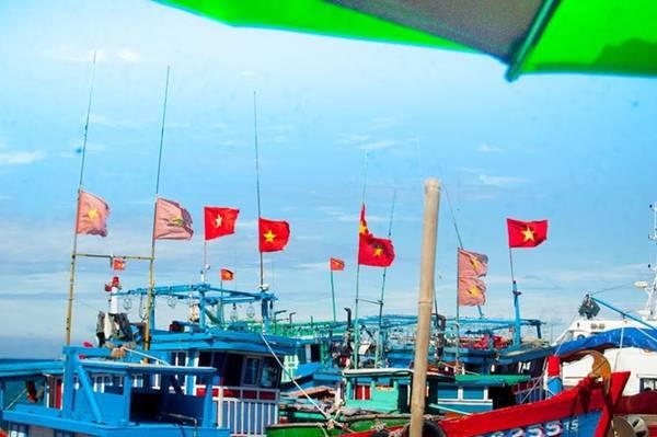Đặt chân đến Lý Sơn sau hơn một tiếng đi tàu, lúc này đầu tôi bỗng vang lên bài hát của nhạc sĩ Tạ Quang Thắng: Rồi ngày tháng trôi, bao thay đổi đến với cuộc đời, thì trong trái tim tôi luôn tự hào là người Việt Nam, màu cờ thắm tươi vẫn luôn phấp phới với những cuộc đời...