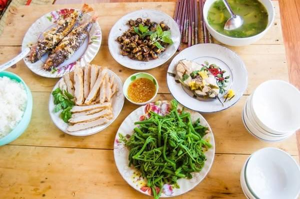 Bữa cơm đầu tiên ở Lý Sơn được chủ nhà nấu.