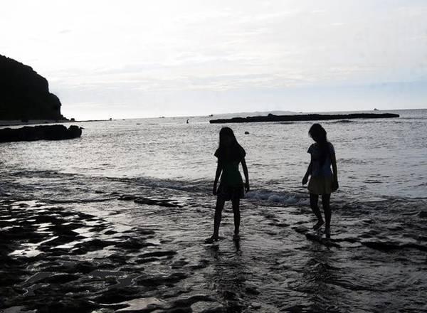 Nếu không thích tắm biển, bạn có thể đi bộ gần bờ.