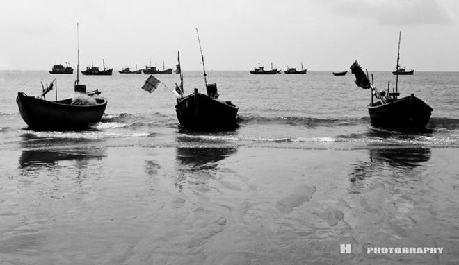 Ở những làng cá lâu năm, sóng biển vẫn ào ạt, ngư dân vẫn trải mình ra với biển khơi, bám biển để sinh tồn.