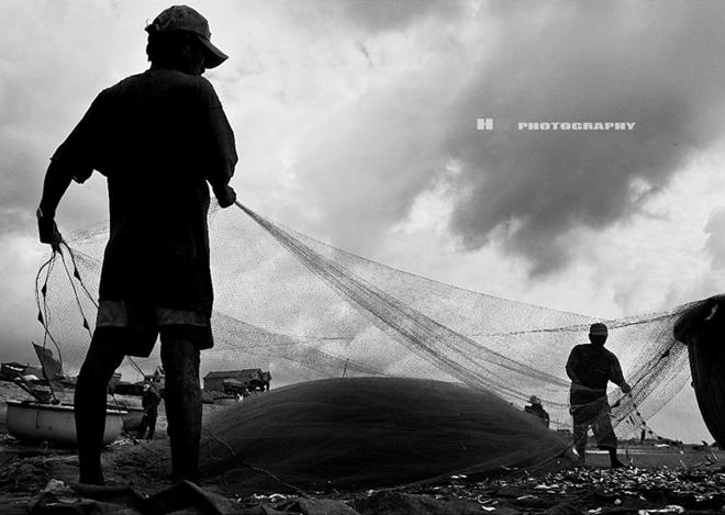Lao động tạo nên sức sống rắn rỏi cho những người dân làng chài.