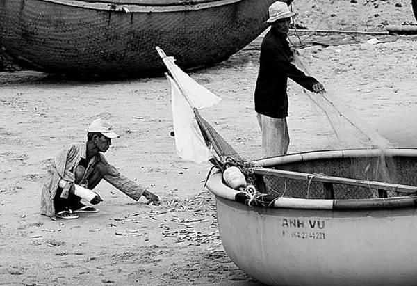 Họ sống bình dị, yên ả nơi vùng biển vắng. Con người hòa quyện với thiên nhiên.