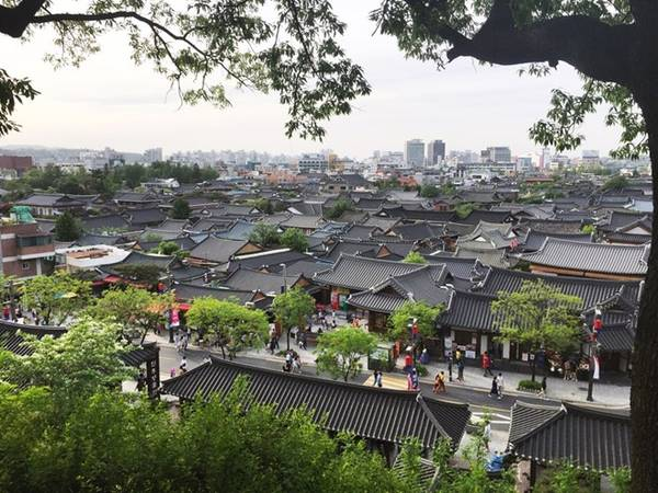 Jeonju là một thành phố trực thuộc tỉnh Jeollabuk, nằm ở miền Trung Hàn Quốc, cách thủ đô Seoul gần 3 giờ đi xe. Đây là một trung tâm du lịch quan trọng và nổi tiếng, với ẩm thực đặc sắc, cùng những công trình kiến trúc lịch sử và các lễ hội. Trong bài viết này, mình giới thiệu một phần của ngôi làng cổ Hanok.