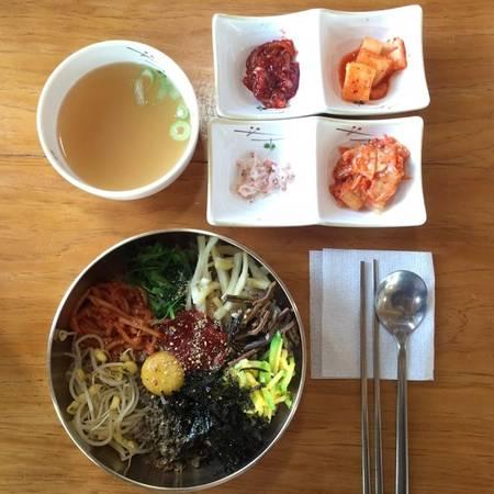 Là fan của phim Hàn, của ẩm thực Hàn Quốc, chắc hẳn bạn sẽ biết món cơm trộn Bibimbap.