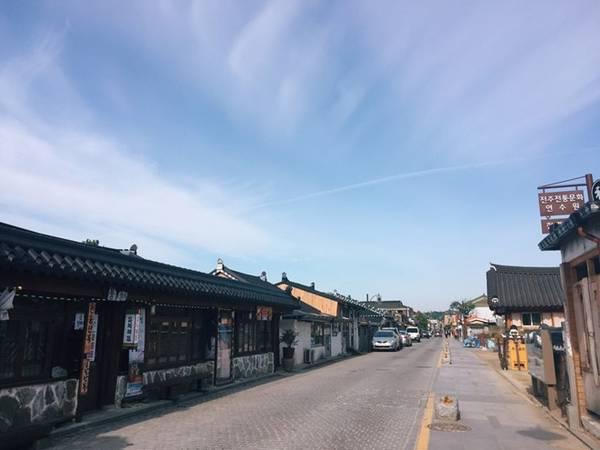 Dưới ánh nắng sớm, bầu trời và những con đường, những ngôi nhà cổ trở nên thênh thang hơn.