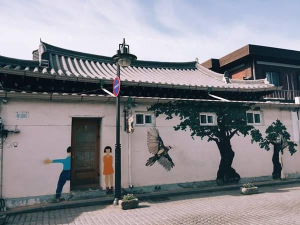Đi dạo vòng quanh phố cổ, bạn sẽ bắt gặp rất nhiều những bức tranh tường thế này. Tranh tường là một đặc sản du lịch ở Hàn Quốc. Rất nhiều ngôi làng nghèo đã trở thành những địa điểm du lịch nổi tiếng nhờ những tác phẩm như thế này.