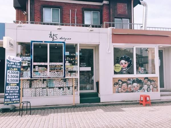 Cửa hàng cũng được chủ nhân trang trí rất độc đáo.
