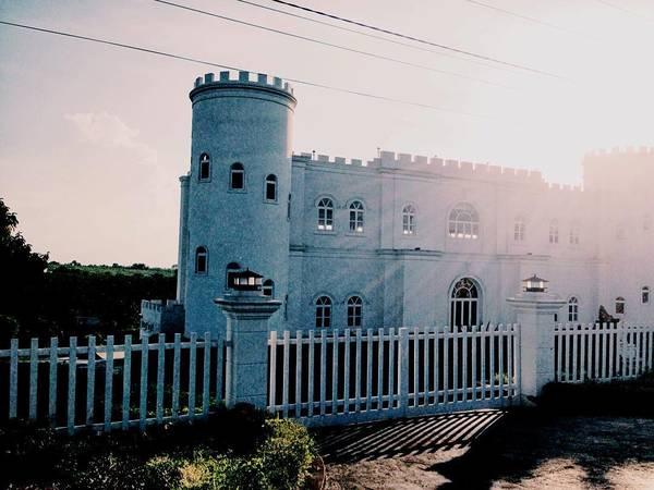 Lâu đài trắng nằm ngay ngay bên đường vào thác Dam B'ri . Ảnh:@anh_dienng