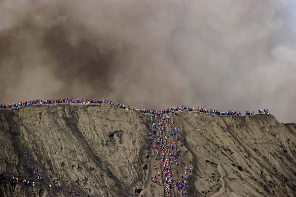 Người dân bất chấp nguy hiểm leo lên miệng núi lửa trong ngày lễ Yadnya Kasada để cầu may mắn.