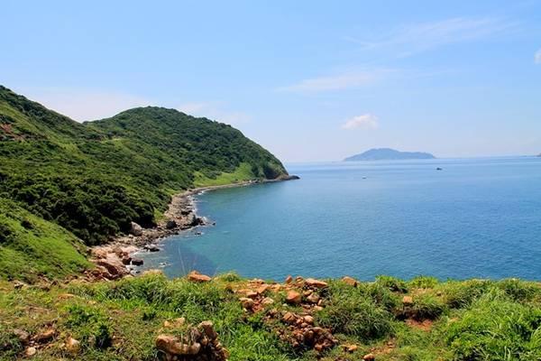 Khung cảnh ngoạn mục trên đường quanh đảo.