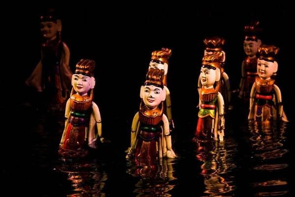 Hàng thế kỷ qua, nhiều trẻ em và người lớn Việt Nam được giải trí bằng một loại hình rối đặc biệt - múa rối trên nước. Những người điều khiển rối phải đứng ở địa hình nước ngập tới ngang ngực, sau một bức màn làm phông nền sân khấu và chỉnh từng động tác của các con rối gỗ bằng que, dây đặt dưới mặt nước. Trong khi đó rối sẽ nhảy múa lên trên mặt nước để khán giả nhìn thấy.