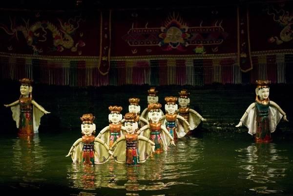 Một dàn nhạc truyền thống Việt Nam cũng có mặt trong buổi biểu diễn tạo nhạc nền để các ca sĩ hát lên câu chuyện do chính các con rối kể. Nước không chỉ che giấu các dây nối với rối, các chuyển động của người điều khiển mà có còn tạo nên những hiệu ứng cho màn biểu diễn thêm sinh động như sóng, té nước, và ánh sáng lung linh, mờ ảo hơn.