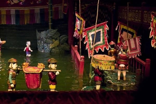 Múa rối nước được sinh ra từ các làng xã nằm ở vùng đồng bằng sông Hồng, miền Bắc Việt Nam từ thế kỷ 11. Nguồn gốc của nó chính là những cánh đồng lúa nước sau mùa gặt, dân làng tổ chức ăn mừng mùa vụ bội thu. Sau đó, những ao làng trở thành sân khấu cho các buổi biểu diễn, dần dần múa rối nước được biết tới nhiều hơn, phát triển thành một nghệ thuật.
