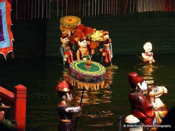 Chủ đề của các buổi diễn cũng xuất phát từ cuộc sống thường ngày của người nông dân Việt Nam, những câu chuyện cổ tích hay truyền thuyết. Chuyện đồng áng, chài lưới hay các lễ hội cũng là đề tài thường thấy trong múa rối nước. Các buổi diễn hiện đại gồm nhiều đoạn ngắn hơn là một câu chuyện dài, đưa khán giả đi theo một hành trình khám phá, từ cuộc sống làng Việt xưa, các mùa gặt hái cho đến điệu múa của những con vật thần bí chỉ có trong truyền thuyết.