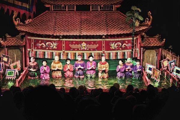 Nhà hát múa rối nước Thăng Long ở Hà Nội là một địa chỉ nổi tiếng, thu hút đông đảo du khách trong và ngoài nước tới xem. Nhà hát thành lập năm 1969 và từng đưa loại hình nghệ thuật độc đáo này tới nhiều nơi trên thế giới.