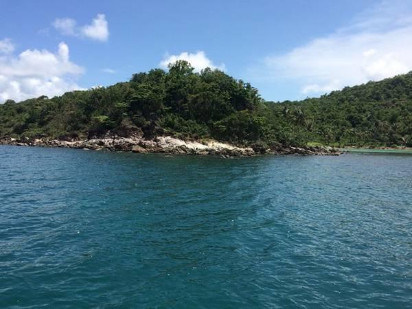 Xung quanh các đảo thường có các rặng san hô với hệ sinh thái đa dạng.