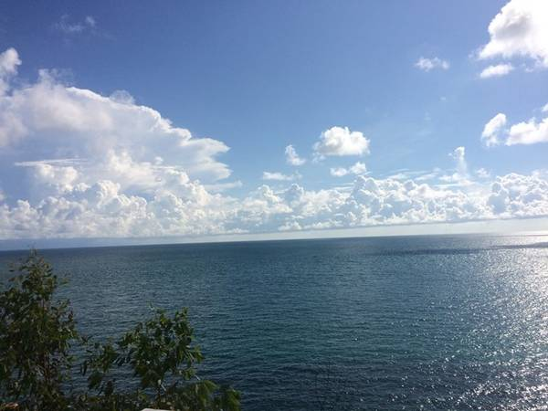 Sự hòa quyện của mây, trời, và biển.